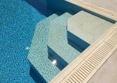 частен басейн със стъпала и борд от гръцки камък 1