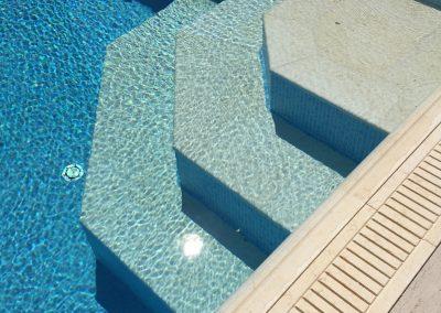 частен басейн със стъпала и борд от гръцки камък 2