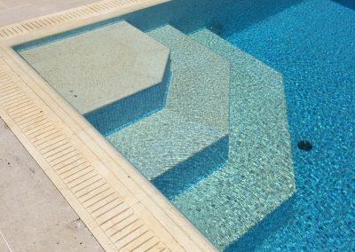 частен басейн със стъпала и борд от гръцки камък 3